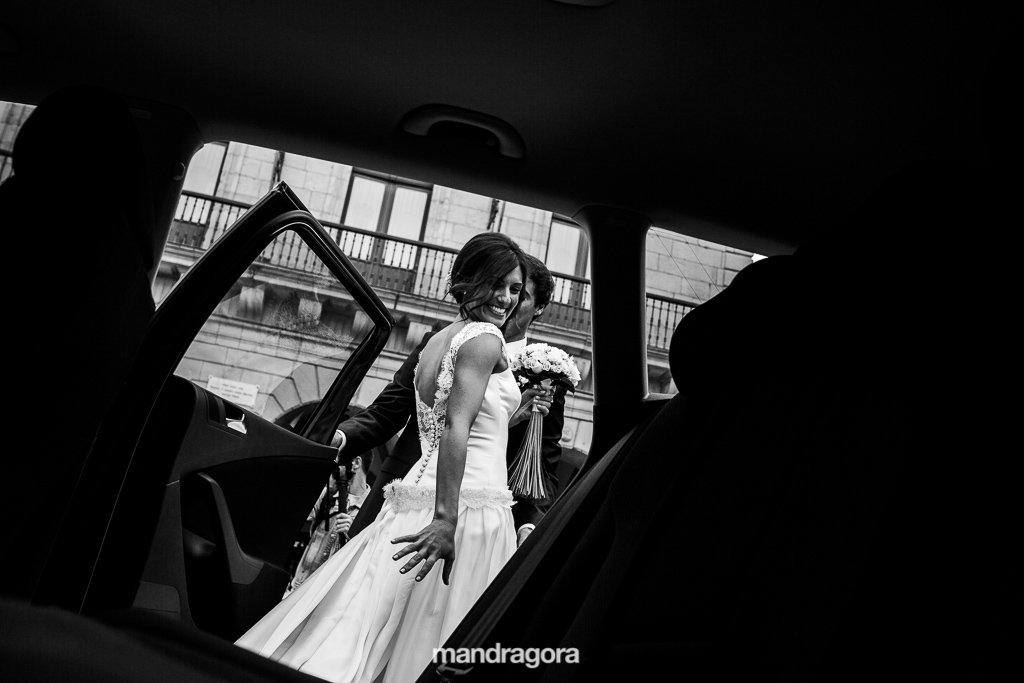 Salida del coche de boda en Ayuntamiento de Irún
