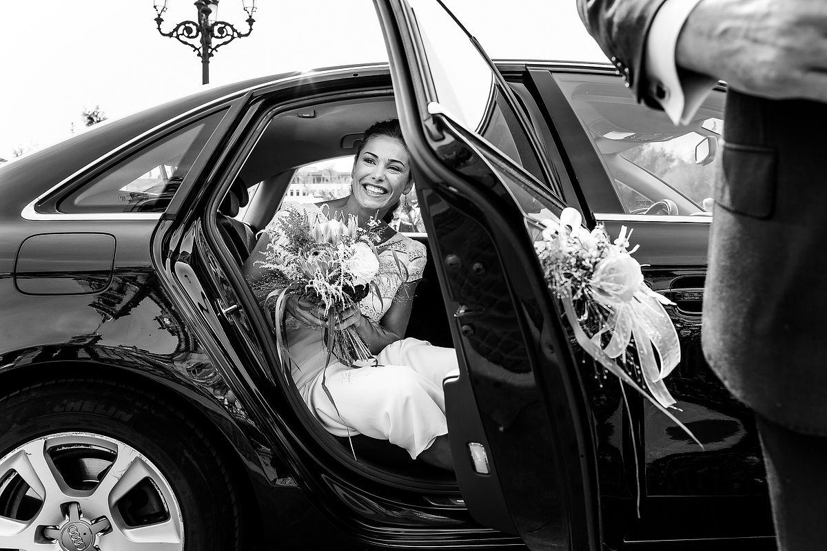 Salida del coche de novia. Boda en ayuntamiento de Donostia