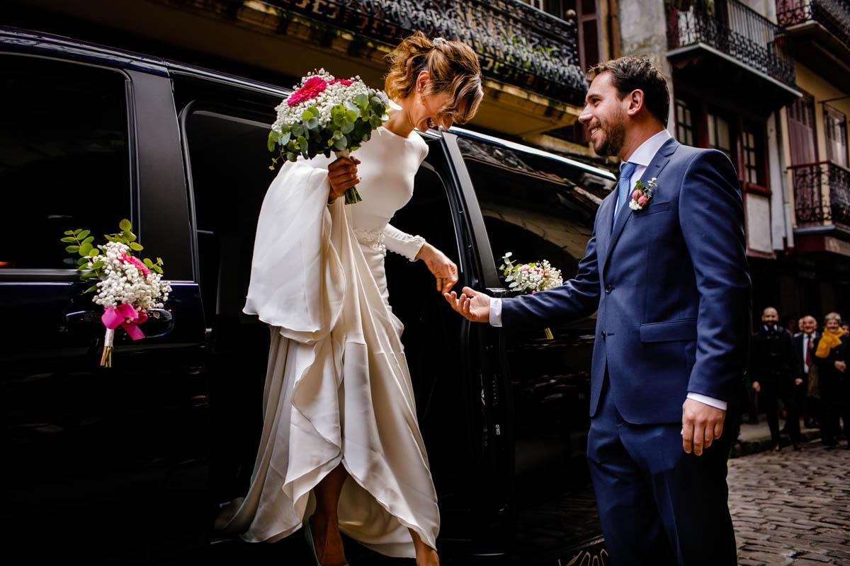 Novio recibiendo a la novia. Boda en el ayuntamiento de hondarribia