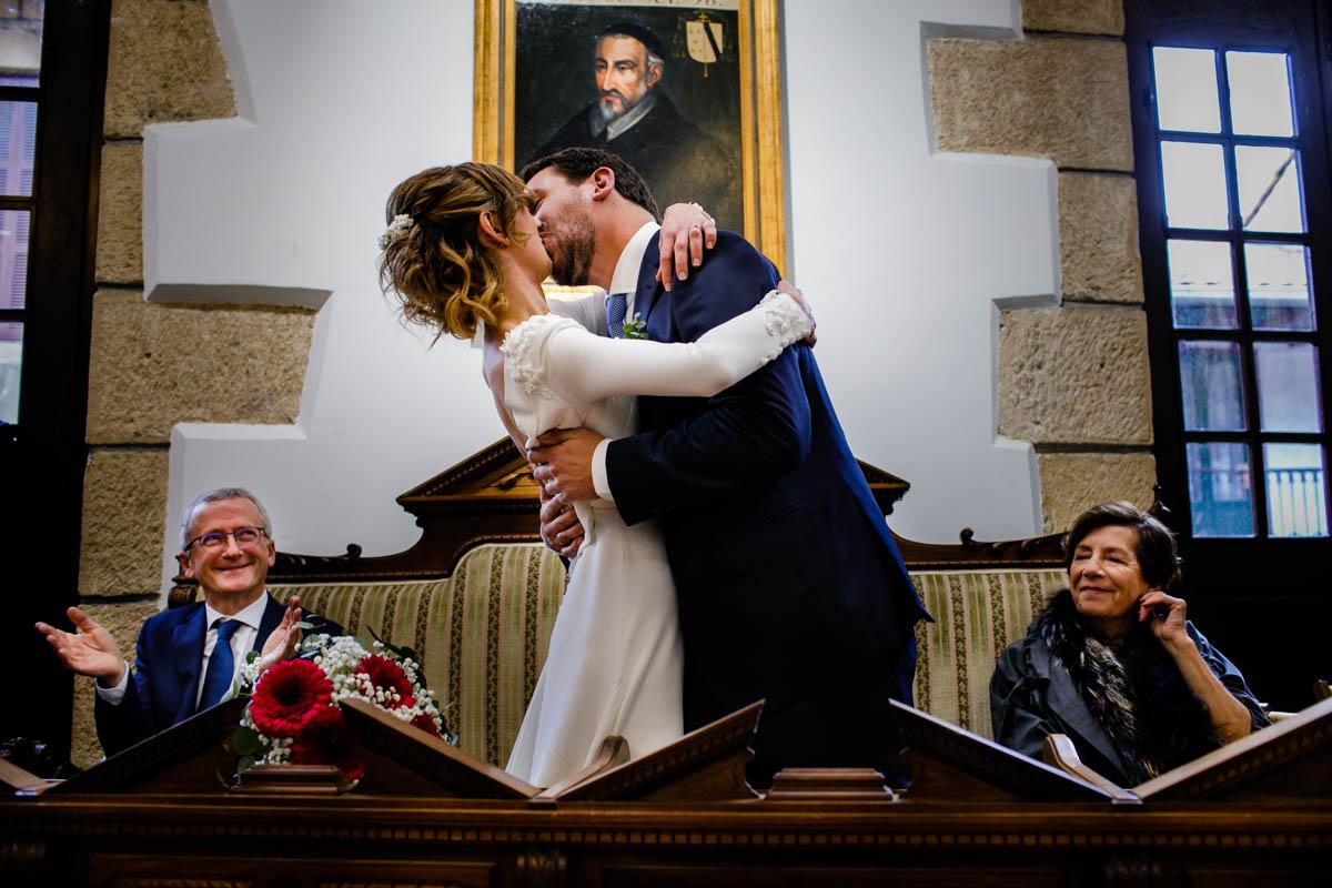 Beso. Boda en Ayuntamiento de Hondarribia