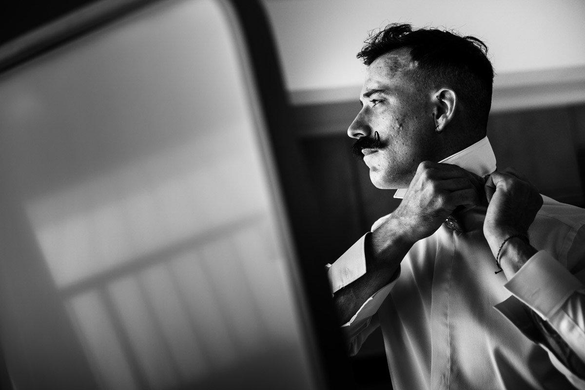 Novio con bigote. Fotografos de boda