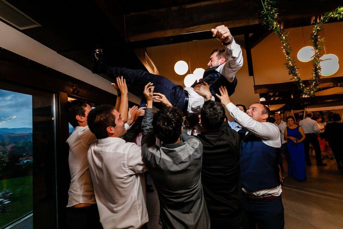 manteo de boda en bodega katxiña